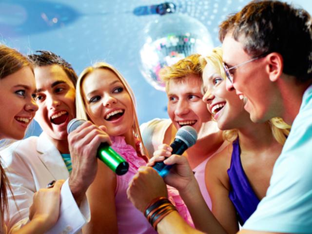 Перероблені смішні, жартівливі пісні на День народження і ювілей жінки, мами, дівчата, подруги, сестри: тексти