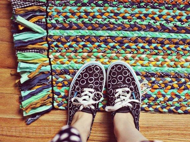 Як зробити підлогові килимки декоративні та масажні зі старого одягу, природних матеріалів, винних пробок, тканини, поліетиленових пакетів своїми руками за допомогою обруча, картону, з гачком і без гачка: прості майстер-класи