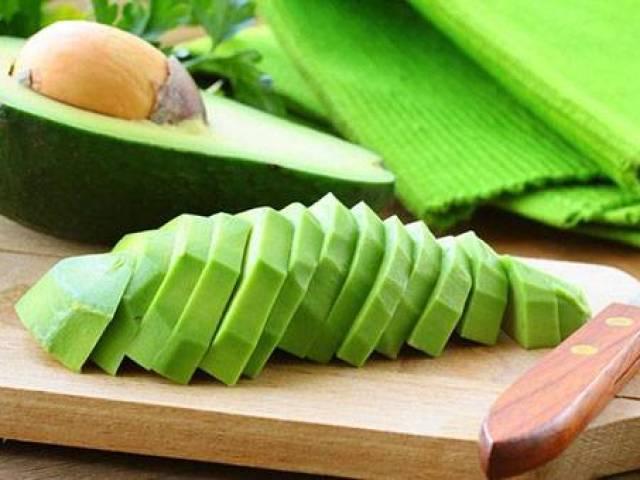 Як правильно очистити авокадо від кісточки, для салату: покрокове керівництво, поради. Треба і як очистити авокадо від шкірки?