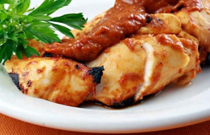 Куряча грудка в духовці: найкращі рецепти до святкового столу. Як правильно і смачно приготувати соковиту курячу грудку в духовці з картоплею, овочами, по-французьки, з помідором, сиром, грибами, кабачками, ананасами, під шубою, фаршировану: рецепти