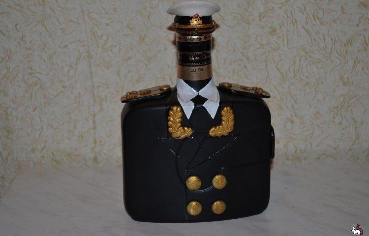 Як красиво прикрасити пляшку коньяку своїми руками подарунок для чоловіка у військову форму, поліцейського, гусара, смокінг, фотографією, стрічками, цукерками, букетом з цукерок: ідеї, дизайн, фото. Як прикрасити пляшку коньяку своїми руками для жінки?