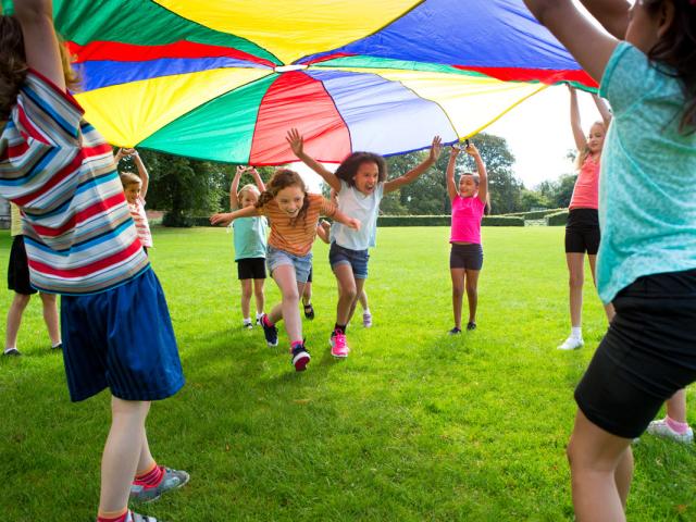 В які ігри можна грати з дітьми на вулиці? Рухливі, вуличні ігри для дітей, з м'ячем, для компанії, для дитячого садка