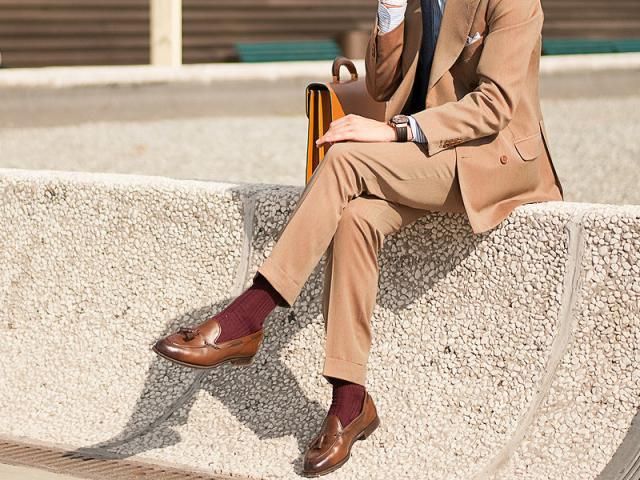 З чим носити чоловічі бежеві штани: правила сполучення бежевого кольору, модні луки, чоловічі образи, фото. Як поєднувати чоловічі бежеві штани з сорочкою, футболкою і взуттям? Як купити модні чоловічі бежеві штани в Ламода і Алиэкспресс: посилання на кат