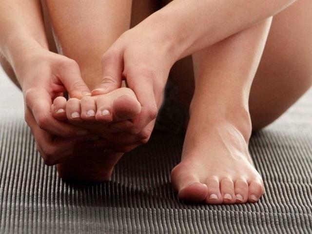 Які показання та протипоказання самомасажу ступень? Які види масажу стоп і ніг бувають: основні техніки рухів. З чого почати і як правильно робити масаж стоп: поради. Схема натискань для точкового масажу стопи. Як робити масаж ступень при пло