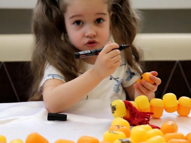 Виріб гусениця в дитячий сад школу з трубочки для коктейлю, овочів, фруктів, листя, паперу, шишок, каштанів, кіндер сюрприз, ватяних дисків, пластиліну, гудзиків, солоного тіста, фетру, повітряних куль, ниток, колготок, бісеру, шкарпеток, помпонів, пакет