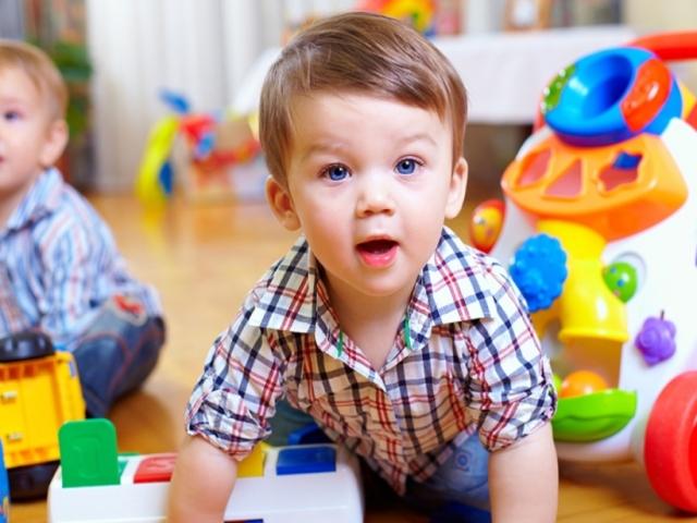 Що дитина має вміти і знати в 3 роки: навички і вміння. Скільки повинен важити, спати, їсти, пити, говорити і знати слів, квітів дитина в 3 роки? Психологія, зуби, емоційний, фізичний розвиток, моторики, у дітей 3 року: норма, особливості пов