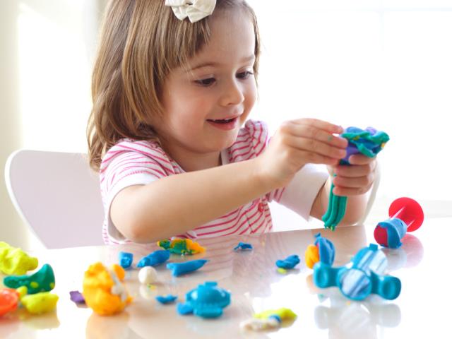 Як розвивати дитину в 2 роки? Які казки, мультики, розвиваючі заняття вдома, гімнастика, танці, вірші, вироби, ліплення з пластиліну, розвиваючі та рухливі ігри потрібні дитині в 2 роки? Які потрібні іграшки хлопчикові і дівчинці в 2 роки?