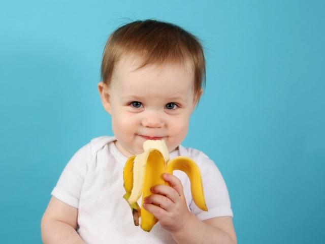 Зі скількох місяців можна давати дитині свіжий банан і бананове пюре в прикорм? Викликає банан алергію у дітей? Як вибрати банан для немовляти? Як приготувати бананове пюре для немовляти: рецепт