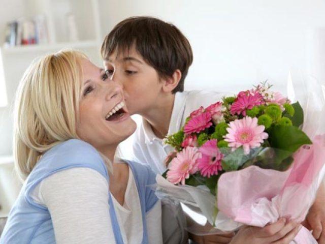 Які слова треба говорити, коли даруєш подарунок батькам? Слова при врученні подарунка татові і мамі у віршах і прозі