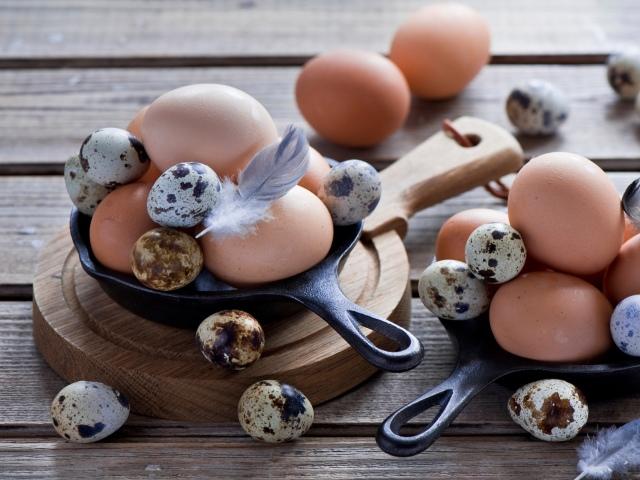 Скільки калорій в одному сирому і вареному яйці яйця некруто? Калорійність вареного, смаженого і сирого курячого та перепелиного яйця, білка і жовтка яйця 1 шт і 100 грамів: таблиця. Можна їсти сирі, варені й смажені яйця при схудненні?
