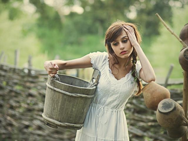 Народні прикмети, пов'язані з порожнім, повним, зламаним, сміттєвим відром у руках чоловіка, жінки, відро, яке стоїть в коридорі, передпокої, з питною водою — опис і роз'яснення прийме