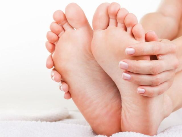До чого свербить ступня, пальці, п'ятка, ляшка, ікра, коліно, гомілку на правій і лівій нозі дівчини, жінки: народні прикмети по днях тижня