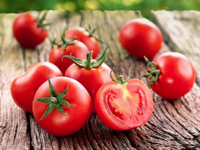 Які вітаміни є в помідорах: корисні вітамінно-мінеральні елементи і шкідливі речовини