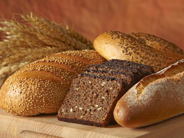 Хліб чорний і білий: калорійність на 100 грамів, в шматку. Скільки калорій в чорному, білому, житньому, сірому, отрубном, сушеному, бородінському, зерновому, домашньому, цельнозерновом хлібі у 100 гр, в шматочку? Скільки калорій в смаженому білому і чорно