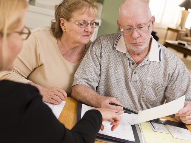Дають кредит непрацюючим пенсіонерам: які можуть бути труднощі в цьому питанні, вимоги до позичальника, в яких банки дають кредити особам пенсійного віку? Кредити в Ощадбанку, відео
