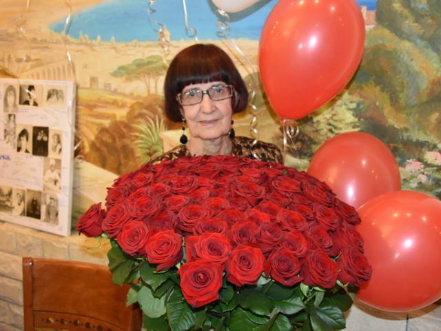 Дитячий віршик бабусі на День народження, 8 березня, ювілей, Новий рік: слова. «Ходить наша бабуся, стукаючи ціпком, кажу я бабусі, виклич лікаря»: хто автор вірша, слова