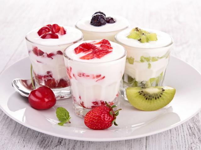 Коли краще їсти або пити йогурт, біойогурт: вранці або ввечері, до їди чи після? Скільки йогурту можна з'їдати в день? Можна кожен день пити йогурт? Як правильно і часто вживати йогурт: рекомендації дієтологів
