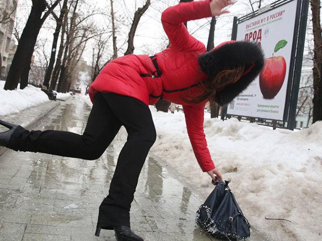 Слизька підошва на зимового взуття: що треба зробити, щоб зимові чоботи і черевики ковзали взимку на льоду, в ожеледицю? Профілактика для взуття, щоб вона не ковзала взимку: поради, лайфхаки