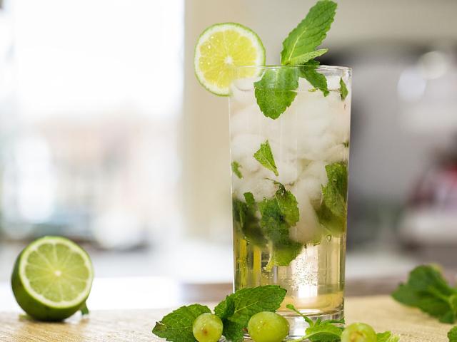 Як правильно і з чим пити мохіто алкогольний в пляшці? Як і з чим п'ють алкогольний лікер мохіто 40 градусів і слабоалкогольний: поради. З яким соком п'ють мохіто, ніж закусюють?