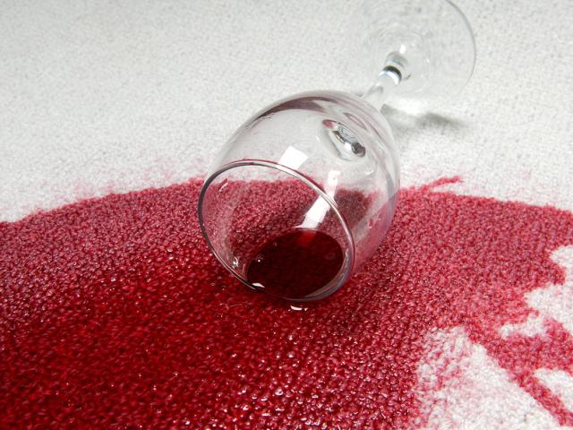 Як і чим відіпрати червоне вино з білої і кольорової тканини, одяг, сорочки, футболки, майки, скатертини, сукні, вовни, джинсів: рецепт. Як і чим відіпрати сухе червоне вино з одягу? Якою є плямовивідник для червоного вина?