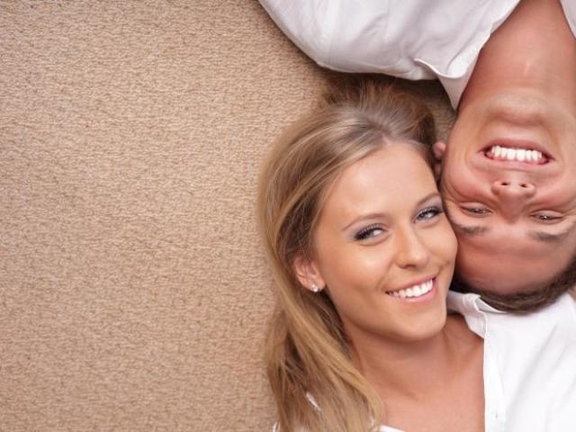 Як і чим розвеселити, розсмішити дівчину — коли доречно використовувати жарти, яких жартів варто уникати? Як розвеселити дівчину в листуванні, при особистій зустрічі?