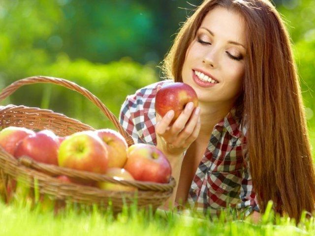 Сонник — бачити в сні яблука: значення сну. До чого сняться яблука червоні, зелені, жовті, зібрані, великі, стиглі, зіпсовані, гнилі, червиві, на дереві, як їх їсти, купувати, збирати жінці, чоловікові: тлумачення сну