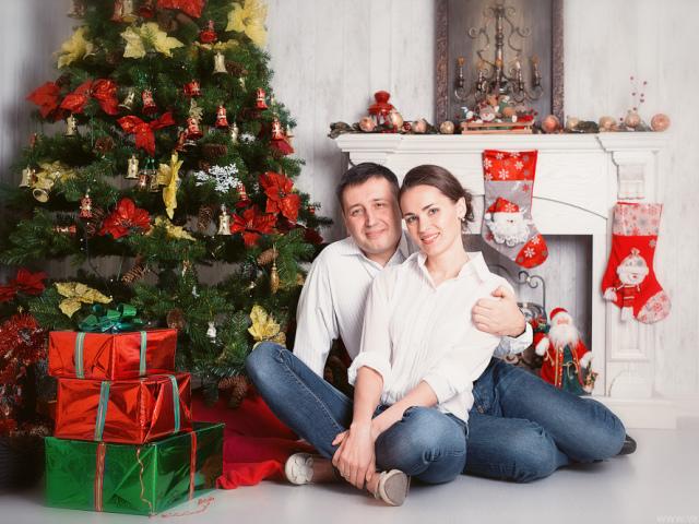Ідеї і красиві пози для новорічній фотосесії біля ялинки вдома, в студії, на вулиці для дівчат, дітей, закоханої пари, сім'ї з дітьми: поради, новорічні образи, фото. Як красиво сфотографуватися біля ялинки вдома, на вулиці в студії: варіанти новорічної ф