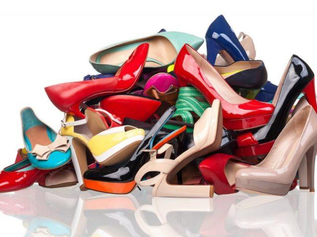 Сонник – бачити в сні взуття. До чого сниться взуття чоловіча, біла, чорна, велика, гарна, червона, чиста, на підборах, незручна, дірява, нова, жіноча, стара, втрачена, різна, брудна, чужа, дитяча, жінці, шукати, приміряти, купувати: тілки
