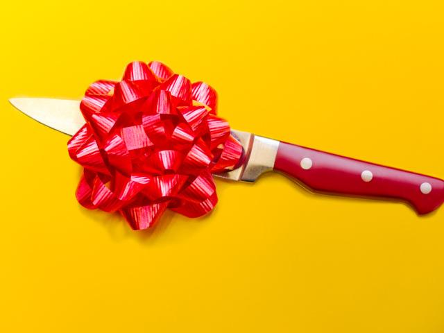 Чому не можна дарувати ножі в подарунок на день народження, весілля: прикмети. Коли дарують ніж, що потрібно робити?