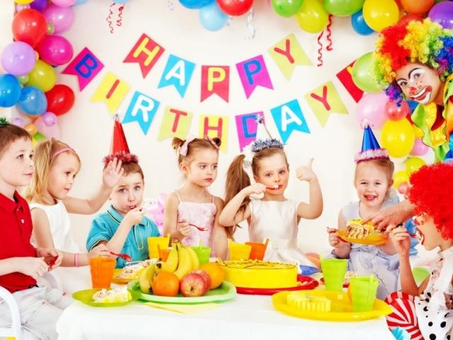 Прикраса дитячого дня народження — столу, кенді-бару, дитячих страв, торта, фотозоны, дитячого стільчика, кімнати на дитячому дні народження своїми руками: ідеї, фото. Прикраса на дитячий день народження з фруктів, паперу: ідеї, фото