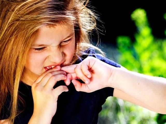 Чому дитина гризе нігті на руках, ногах, у сні, губи? Дитина гризе нігті: психосоматика. Як відучити дитину гризти нігті: системно-векторна психологія