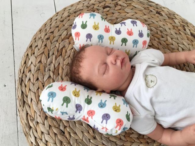 Ортопедична подушка для новонароджених немовлят метелик: як користуватися, як замовити на Алиэкспресс? Подушка з поглибленням метелик для новонароджених: як правильно класти на неї дитину, відгуки, фото