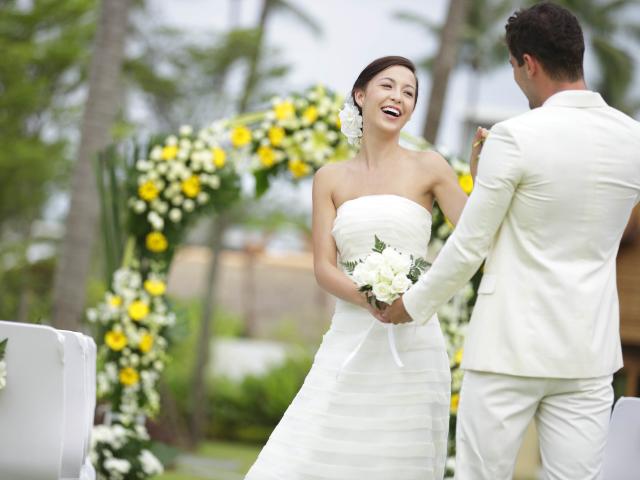 Весільні прикмети для нареченої про перли, весільну сукню, фату, фотографії, кільця, туфлі, свідка, дітей на весіллі. Який колір весільного плаття вибрати, чи можна давати міряти свою весільну сукню, продавати, брати напрокат: прикмети на весілля