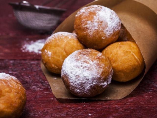 Сирні кульки, смажені в маслі: покроковий класичний рецепт. Як приготувати сирні кульки з сиру, сирно-сирні, сирно-кокосові, в шоколаді, з начинкою, зі згущеним молоком, варенням, в манці, дієтичні, солоне, з часником: рецепт