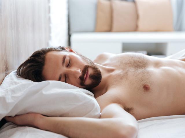 Можна лежати або спати відразу після їжі або краще ходити, рухатися? Лежати або спати після їжі вдень і на ніч: шкідливо чи корисно? На якому боці можна і краще лежати, спати після їжі?