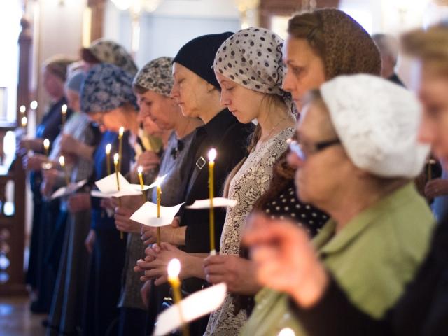 Як правильно потрібно хреститися православним християнам: зліва направо або справа наліво і якою рукою? Як правильно хреститися православним християнам в церкві на службі, перед іконою, входом у храм, церква, на цвинтарі, могили: коли і скільки разів?