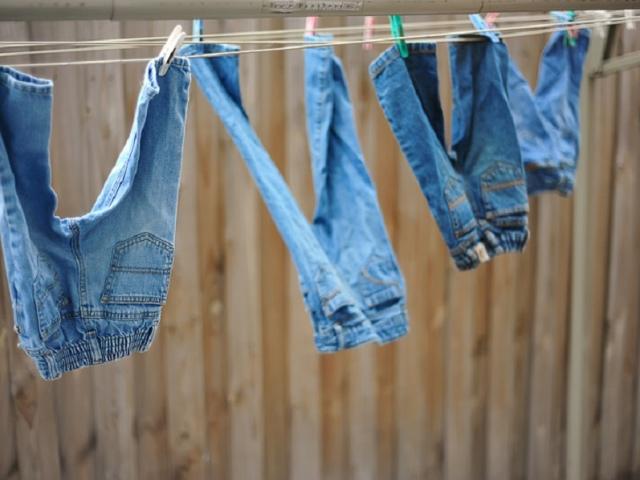 Нові джинси фарбуються при носінні, фарбують ноги, одяг: що робити, щоб джинси не фарбувалися, як закріпити колір? Чи можна повернути джинси, назад в магазин, якщо вони фарбуються? Як правильно замочити джинси в оцті, щоб вони не фарбувалися?