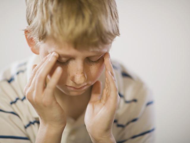 Дитина впала з дивана, ліжка вниз головою, обличчям і вдарився головою, потилицею, скронею, щокою, оком об підлогу – шишка, синяк, блювання, відразу заснув: що робити, на що звернути увагу, перша допомога, наслідки. Дитина часто вдаряється головою: Комаро