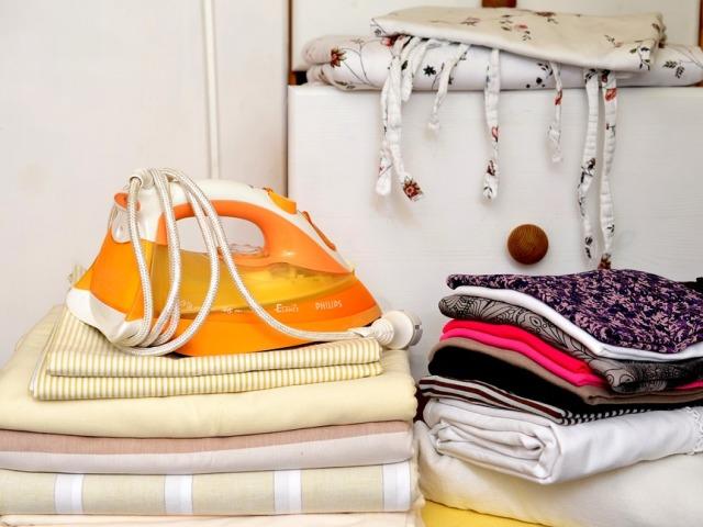 Як прибрати блискучий слід від праски і жовта пляма на одязі, килимі, дивані, на чорному і білому: способи, засоби, рецепти. При прасуванні тканина скривилася: як виправити, усунути хвилястість від праски на одязі, відновити тканина?