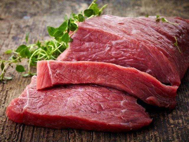 Скільки зберігається м'ясо в холодильнику охолоджене, варене, мариноване, сире, розморожене, тушковане, приготоване, холодець, запечене, копчене, свинина, яловичина, птиця, кролик, фарш, субпродукти: термін зберігання м'яса в простій і морозильній камері