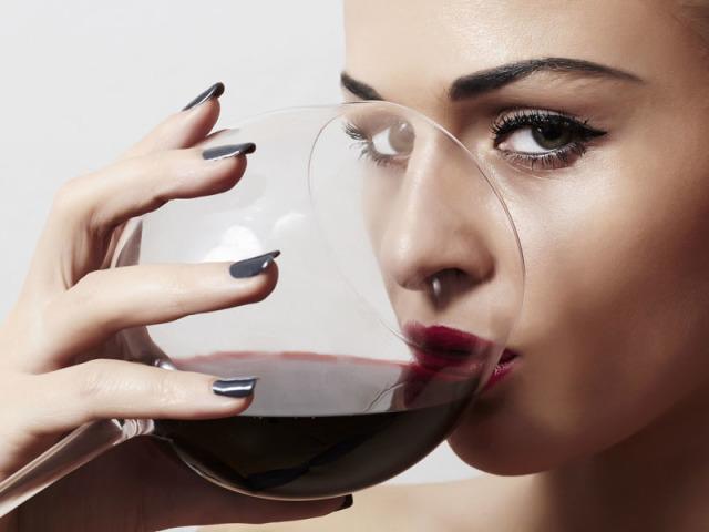 Метиловий спирт: вплив на організм людини, перші ознаки та симптоми отруєння, перша допомога та наслідки. Як перевірити спирт етиловий або метиловий в алкоголі в домашніх умовах, які їх відмінності? З чого роблять метиловий спирт?