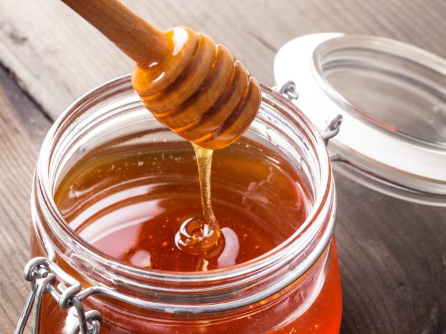 Як і де вдома краще зберігати мед, в якому посуді? Як правильно і скільки можна зберігати мед будинку в сотах, холодильнику, скляній банці, щоб не зацукрувався, при кімнатній температурі? При якій температурі слід зберігати мед?