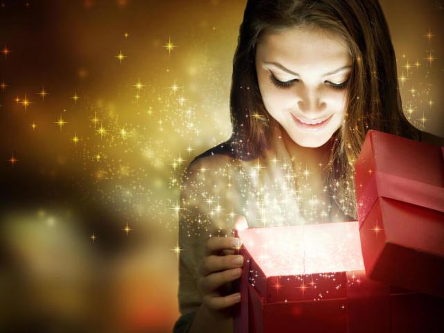 Що можна подарувати дівчині на День народження: 100 ідей. Подарунки для дівчини, жінки для краси, практичні, пам'ятні, спортивні, смачні, що викликають яскраві емоції, для дозвілля, для роботи, оригінальні, романтичні: ідеї, список кращих