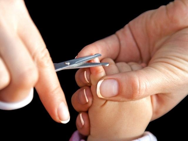 Чим стригти нігті новонародженому маляті? Коли і як правильно стригти нігті на руках і ногах новонародженій дитині? Як часто потрібно стригти нігті дитині до року? Чи можна стригти нігті сплячої дитини? Як бути під час екстрених ситуацій?