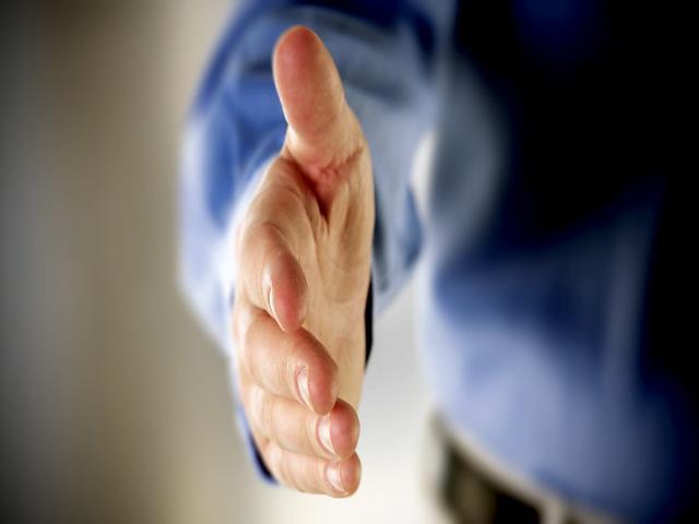Хто повинен першим вітатися з етикету: старший чи молодший, керівник чи підлеглий, чоловік або жінка, гість або господар, продавець чи покупець?