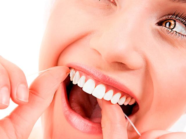 Як правильно чистити зуби зубною ниткою — флосом: інструкція, поради стоматологів, протипоказання. Як правильно користуватися зубною ниткою: до або після чищення зубів, як часто?