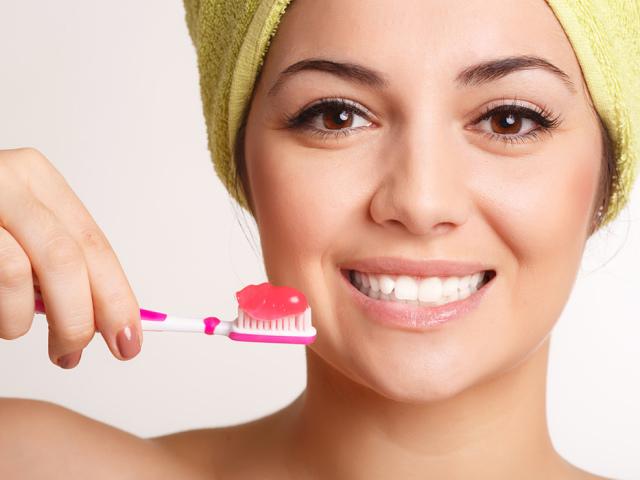 Як правильно і скільки разів на день потрібно чистити зуби дорослим: поради стоматологів. Чим краще, як ретельно і скільки хвилин потрібно чистити зуби дорослим по часу: схема руху щіткою. Коли дорослим вранці чистити зуби: до або після сніданку, їжі? Що