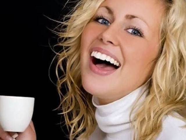 Плями, наліт від кави на зубах: як відбілити? Як пити каву, щоб зуби не жовтіли?