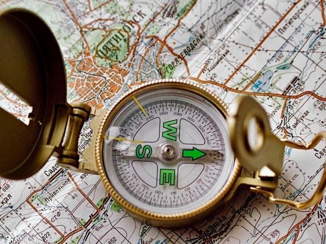 Що таке магнітний і істинний азимут в географії і як його визначити за допомогою компаса і транспортира по карті, за координатами двох точок? Орієнтування руху на місцевості по азимутах: кути орієнтування. Дирекційний кут і азимут: в чому різниця?
