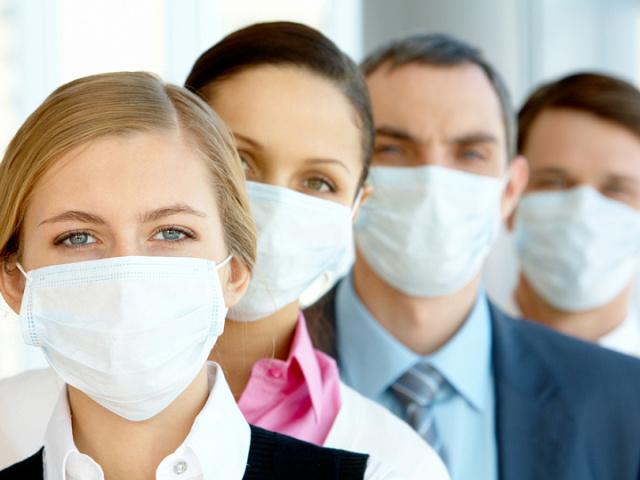 Як правильно носити маску медичну, якою стороною одягати на обличчя? Скільки можна носити захисну маску медичну, через скільки міняти: правила користування медичною маскою